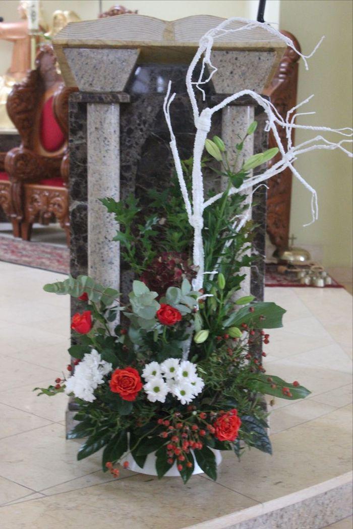 Adventsgesteck selber machen - rote und weiße Blumen, grüne Blätter auf einer Kaminkonsole