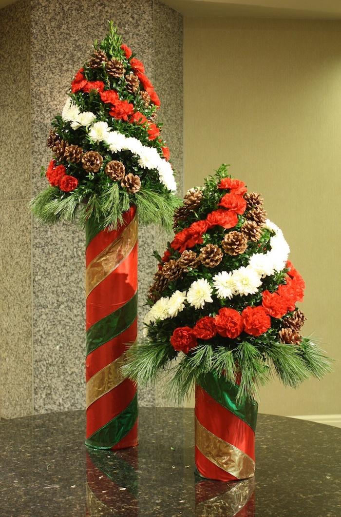 zwei Tannenbäume aus Blumen und Geschenkpapier- Adventsgesteck selber machen