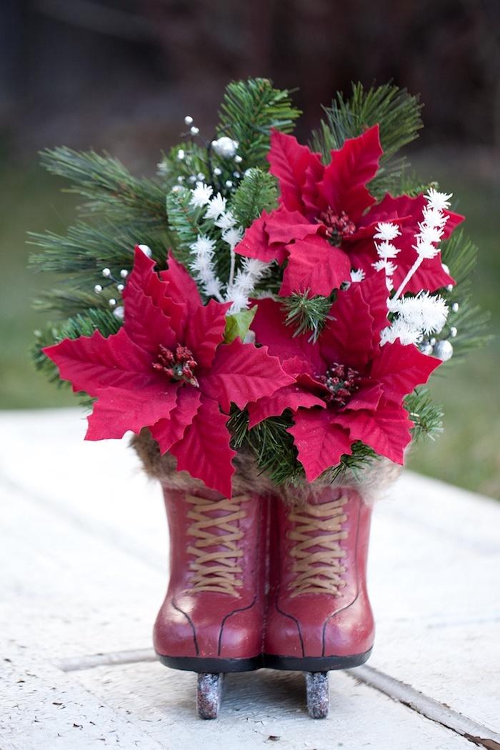 Adventsgesteck selber machen aus zwei dekorativen Schlittschuhen und drei Weihnachtssterne