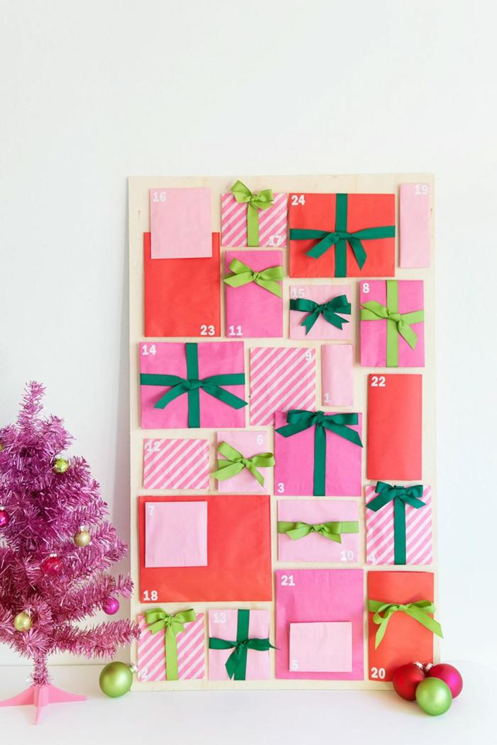 Adventskalender aus roten und rosafarbenen Briefumschlägen, mit Schleifen verziert, rosafarbener Tannenbaum, mit bunten Christbaumkugeln geschmückt