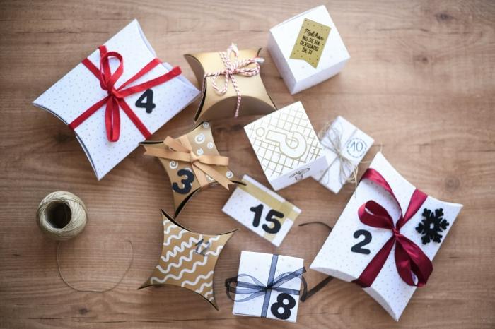 Schachteln voll mit kleinen Überraschungen mit Schleifen verzieren und beschriften, tolle Idee für Adventskalender