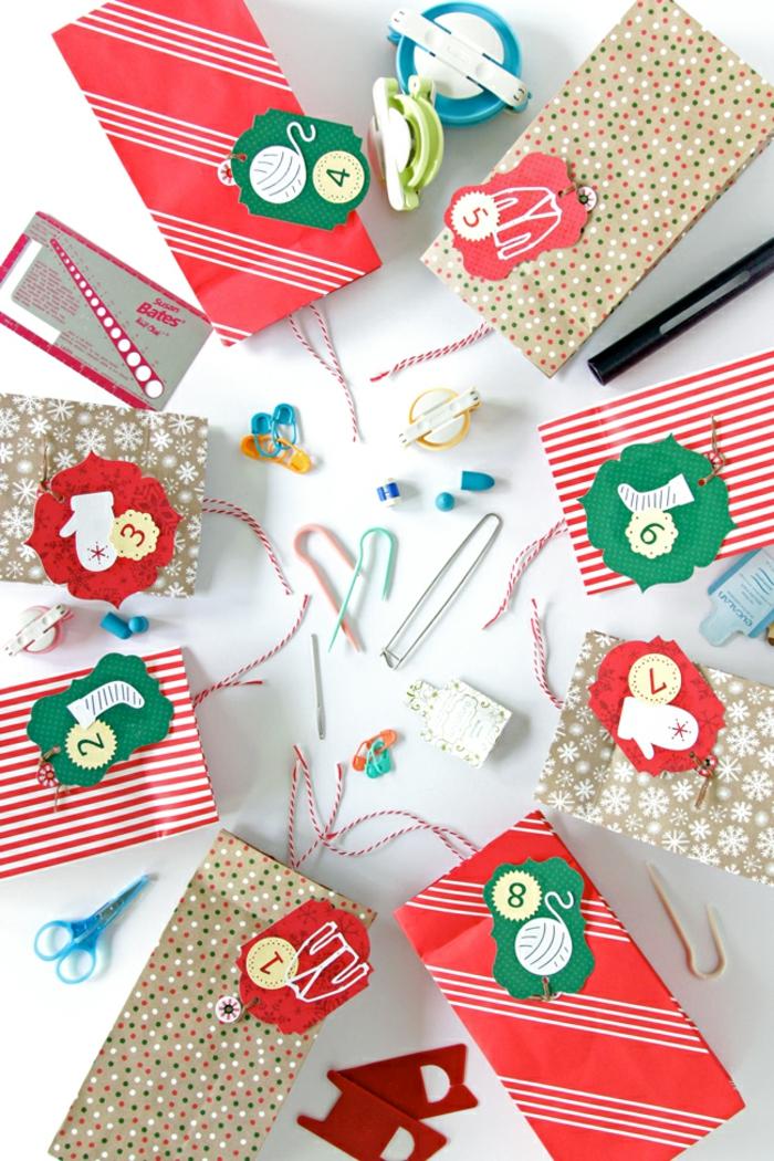 Papiertüten mit lustigen Anhängern voller kleine Geschenke, tolle Idee für DIY Adventskalender