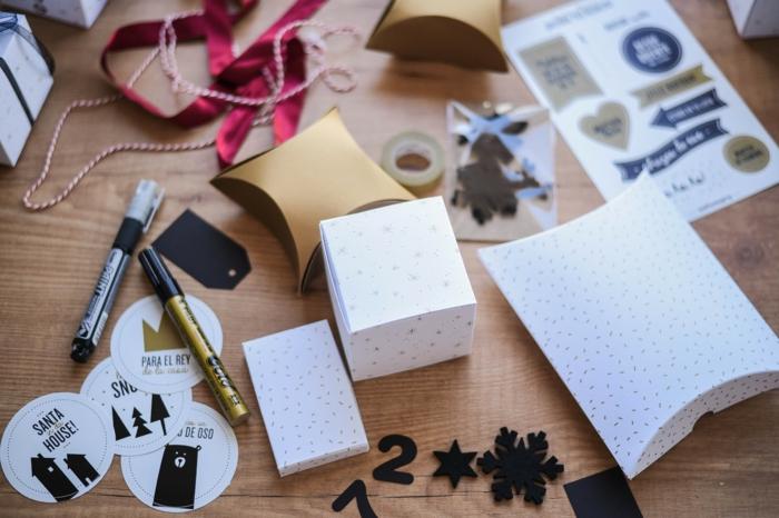 Materialien für selbstgemachten Adventskalender, Sticker aufkleben und selbst beschriften