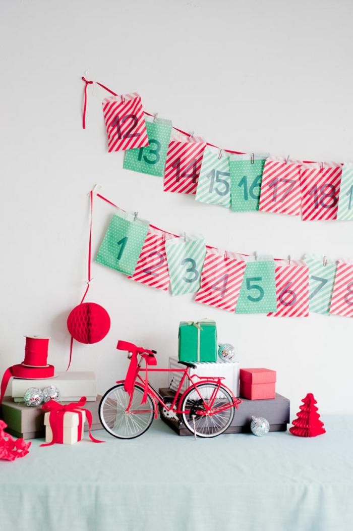 Adventskalender aus kleinen Papiertüten voller Geschenke, Girlande selber basteln, schöne Überraschung und Deko zugleich
