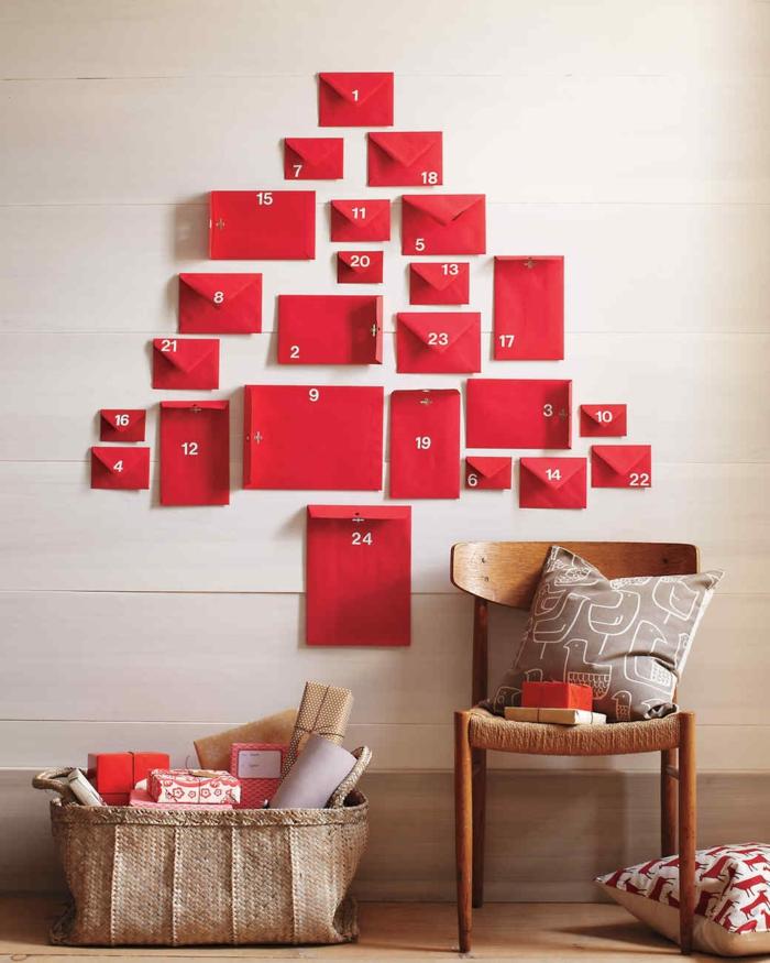 Adventskalender aus roten Briefumschlägen selber machen und an die Wand aufkleben, mit Karten oder kleinen Geschenken befüllen