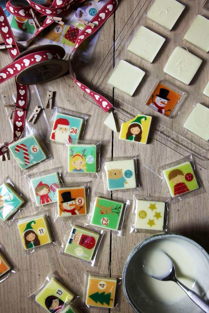 Adventskalender aus kleinen Schokoladentafeln, süße Weihnachtsbilder, schöne Überraschung für Kinder