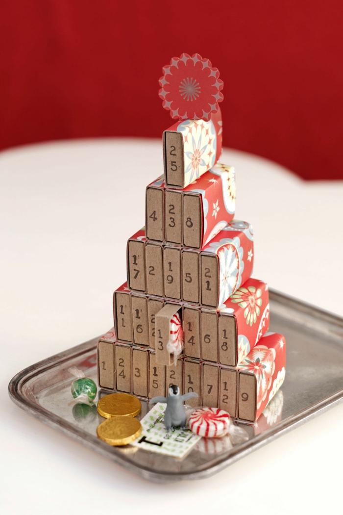 Adventskalender aus Streichholzschachteln selber machen, Pyramide bauen, kleine Spielzeuge und Bonbons darin