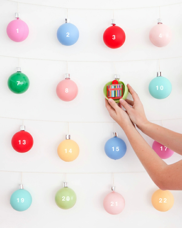 Bunte Christbaumkugeln zum Öffnen mit kleinen Geschenken befüllen, schöne Überraschung für Kinder und Erwachsene