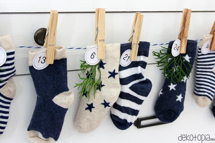 Tolle Alternative zum klassischen Adventskalender, Socken mit kleinen Geschenken befüllen und mit Tannenzweigen verzieren
