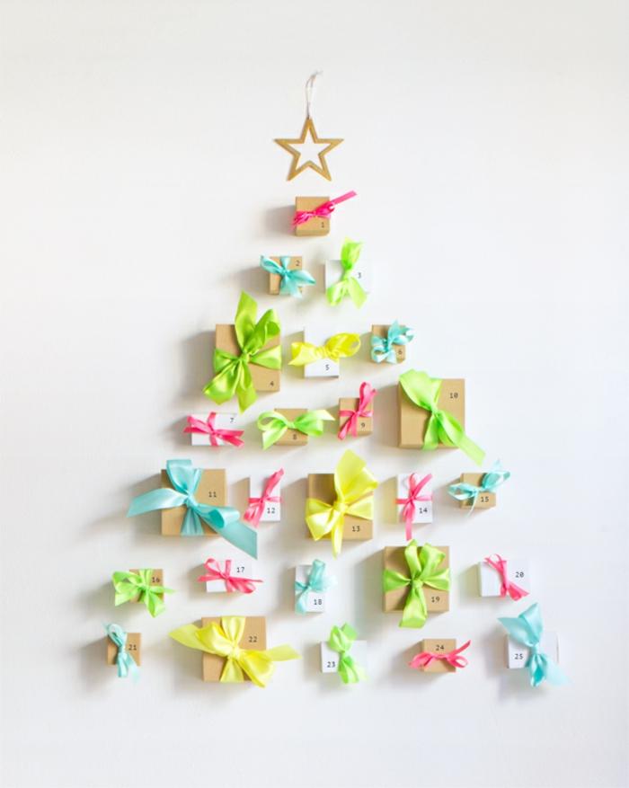 Kleine Schachteln mit Süßigkeiten oder kleinen Spielzeugen befüllen und Adventskalender als Weihnachtsbaum selber machen