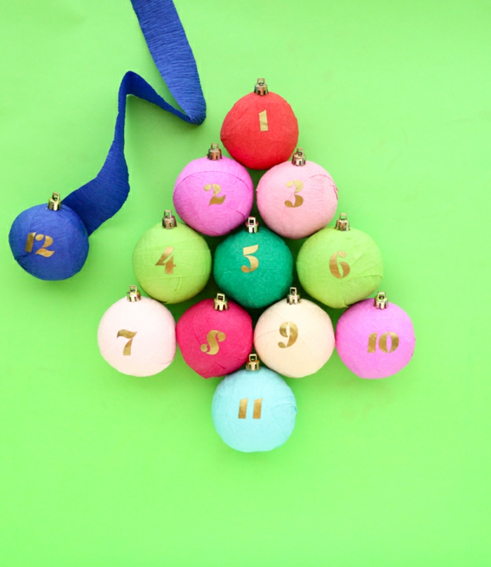 Kleine Spielzeuge mit Dekoband umwickeln, bunte Christbaumkugeln basteln und selbst beschriften