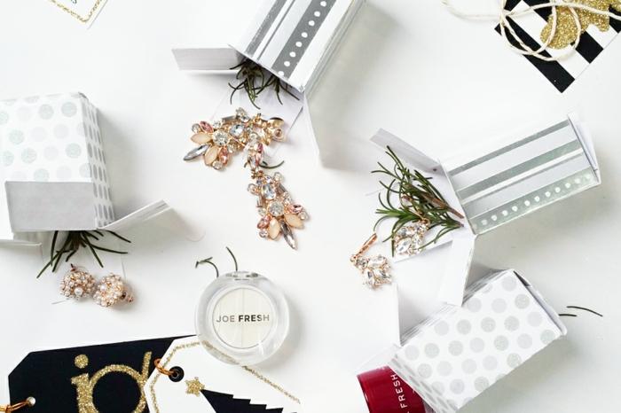 Schmuck und Tannenzweige in kleine Schachteln füllen, Adventskalender selber basteln