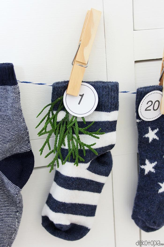 Adventskalender einfach und schnell selber machen, Socken mit kleinen Geschenken befüllen