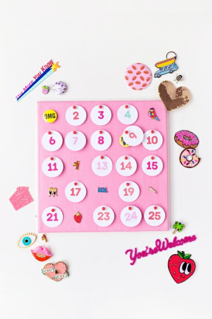 Adventskalender für Mädchen selber machen, Kreise aus Papier ausschneiden und mit Stecknadeln befestigen, kleine Geschenke darunter platzieren
