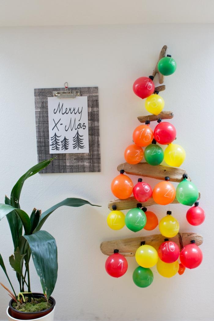 Adventskalender als Weihnachtsbaum mit bunten Luftballons geschmückt, kleine Geschenke darin