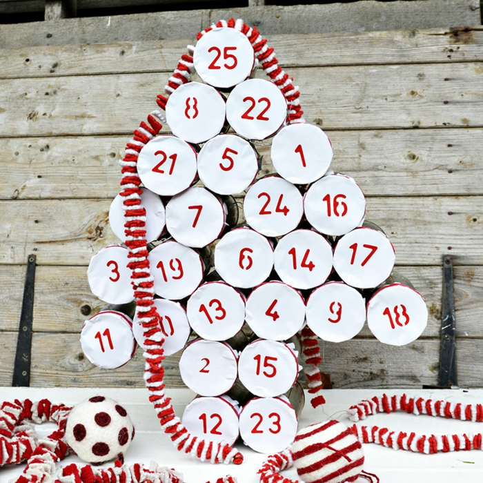 Adventskalender als Weihnachtsbaum aus Dosen, Deckel aus Papier ausschneiden und selbst beschriften
