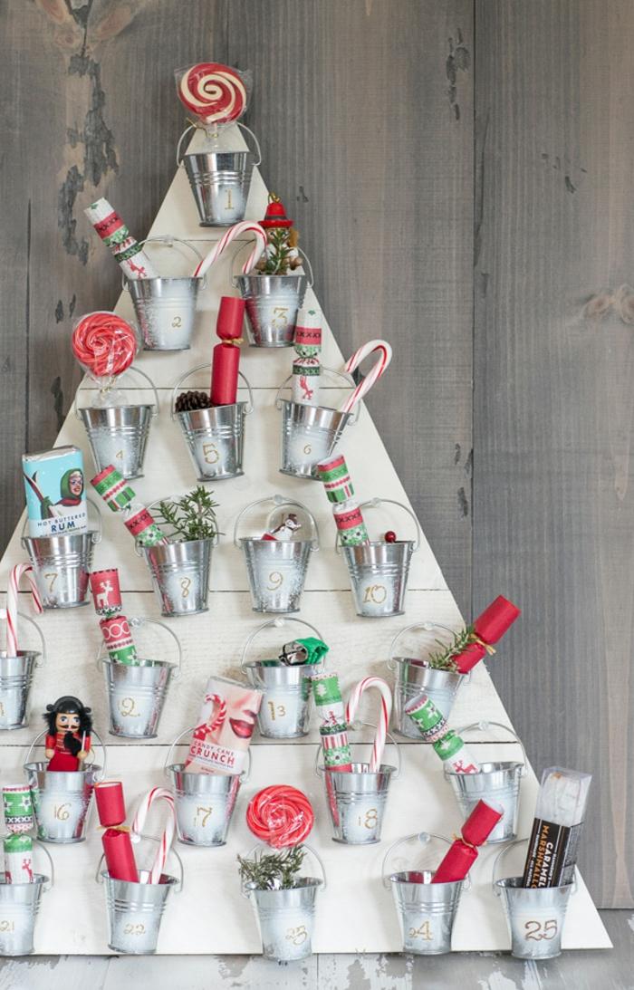 Advenstkalender-Weihnachtsbaum mit kleinen Eimern voll mit kleinen Geschenken und Süßigkeiten