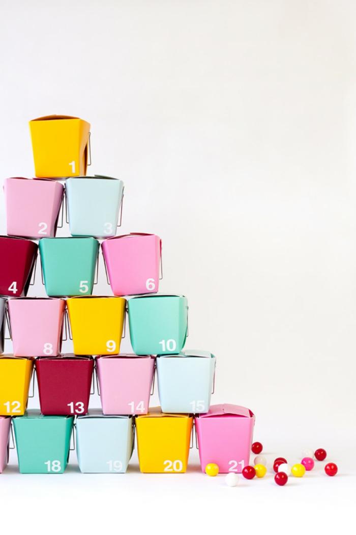 Adventskalender voll mit bunten Bonbons, Pyramide aus bunten Schachteln bauen, DIY Idee zum Nachmachen