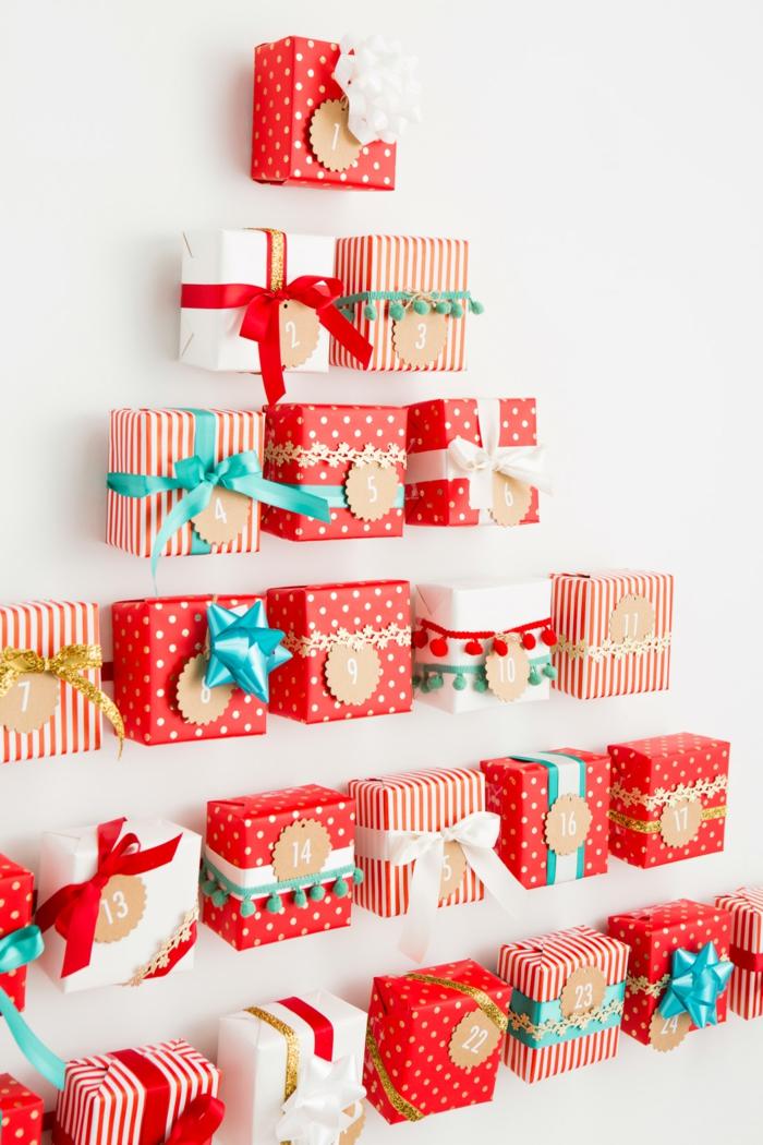 Kleine Geschenke schön verpacken und mit Schleifen verzieren, Adventskalender als Weihnachtsbaum selber machen