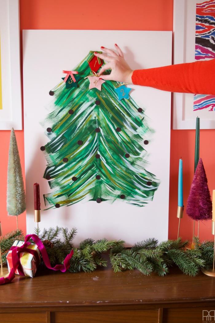 Adventskalender selbst gemacht, Weihnachtsbaum mit Acrylfarben zeichnen, kleine Motive aufkleben