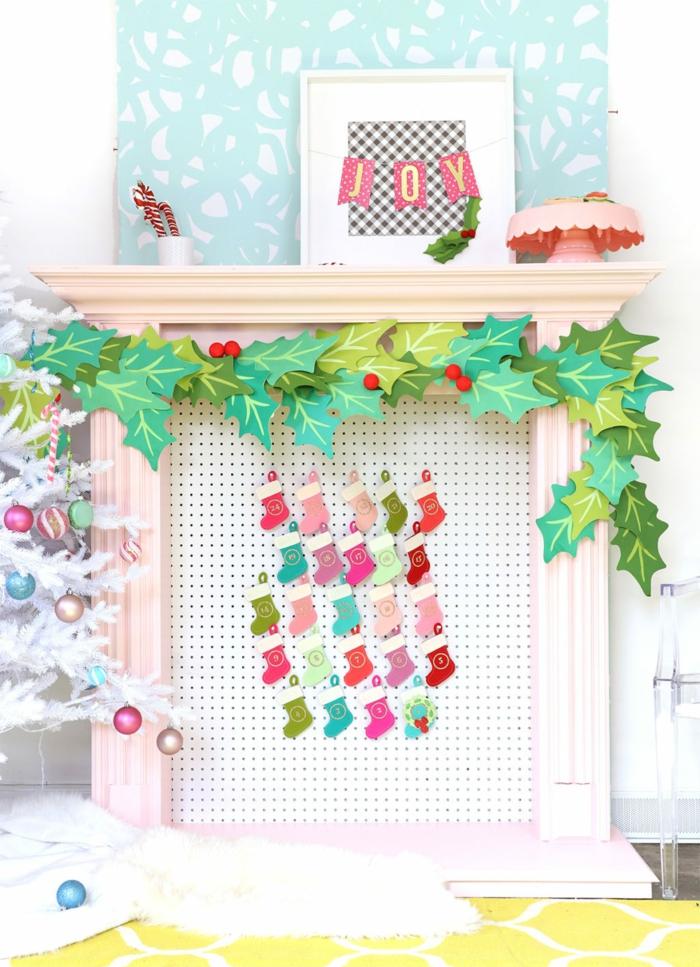 Adventskalender aus kleinen Weihnachtsstrümpfen, Mistel aus Papier, Kamin weihnachtlich dekoriert