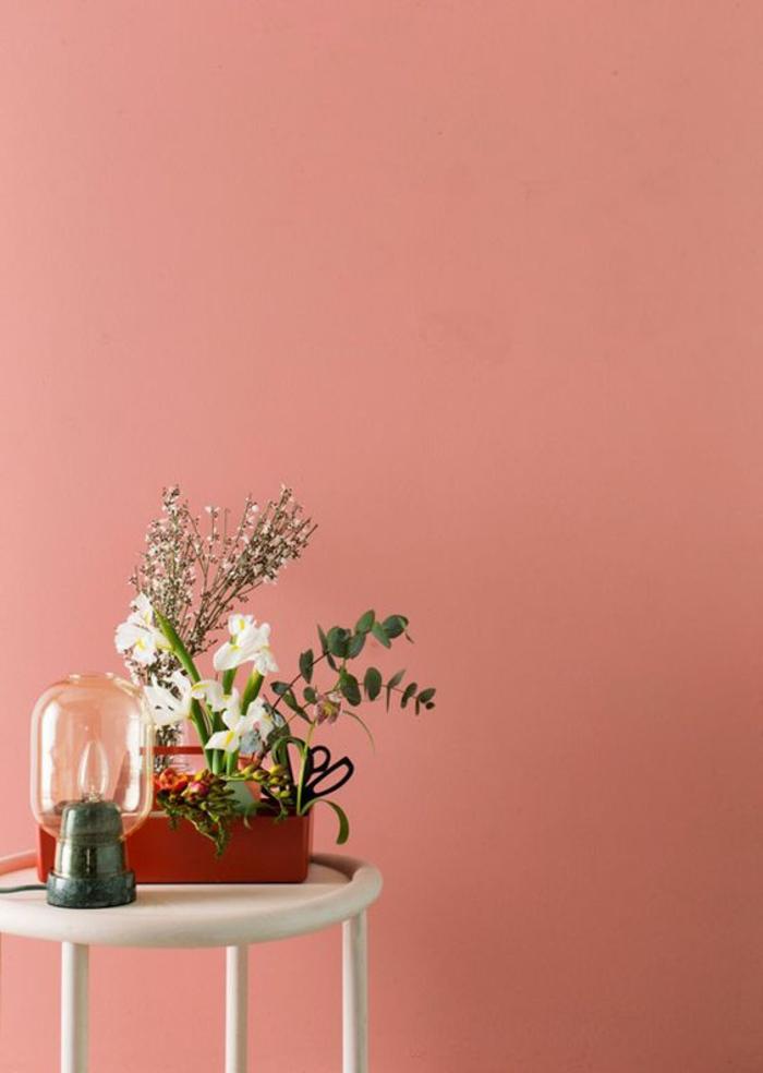 Apricot Wandfarbe, Weißer Tisch, Roter Blumentopf Mit Verschiedenen Blumen,  Retro Nachttisch Lampe Awesome Good Ideas