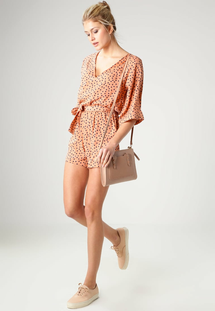 Outfit in Apricot mit Polka Dots, dunkelblaue kleine Punkte, Sommer Outfit, Sneakers und Handtasche in Creme
