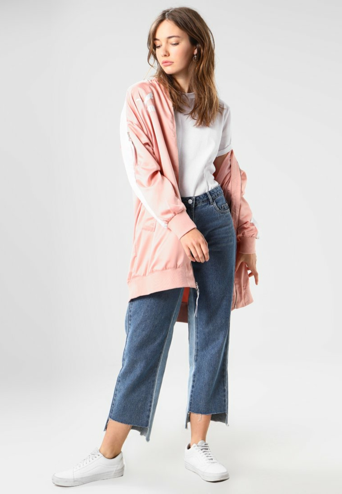 Sportjacke in Apricot, weißes T-Shirt, dunkelblaue Jeans und weiße Sneakers, sportliches Outfit