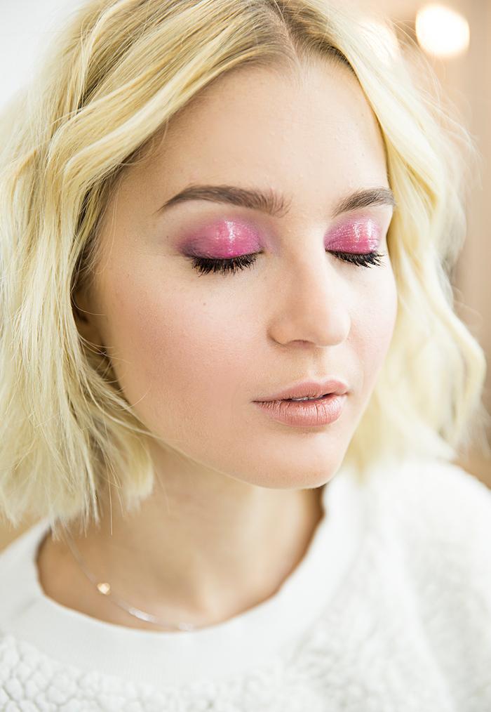 augen größer schminken, wet look make-up in rosa, blonde haare