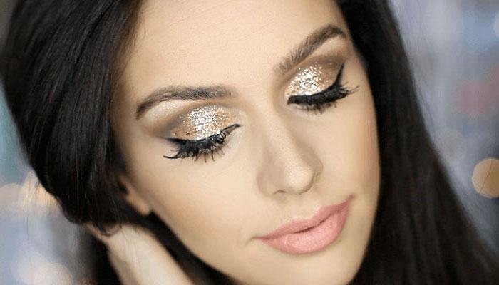 schön geschminkt, silvester make-up mit goldenem glitzer, schwarze haare