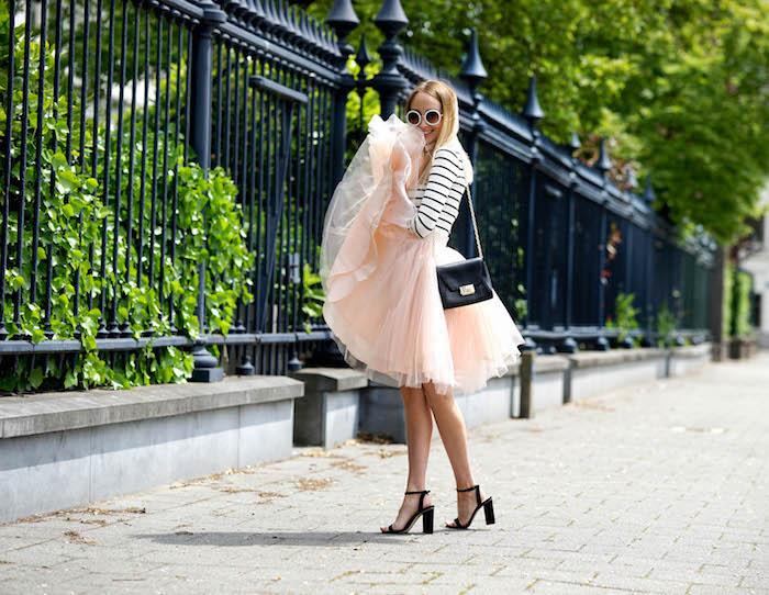 bohemian style rock model schwarze kleine tasche schultertasche absatzsandalen runde brille blonde haare foto auf der straße