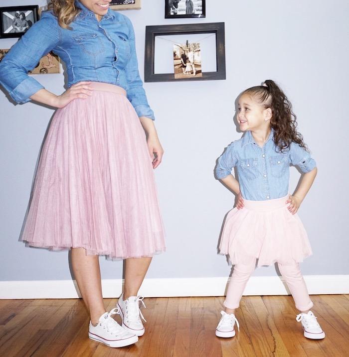 bohemian style idee für mama und das kleine tochter sich ähnlich anziehen rosa rock jeanshemd sneaker wandbild graue wand