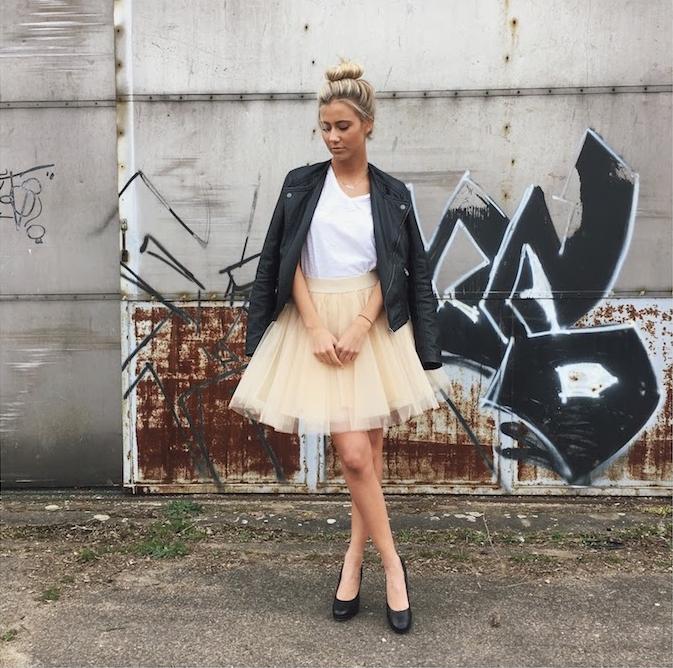 bohemian style idee gelber rock schwarze lederjacke weiße bluse gebundene haare blonde haare schwarze schuhe