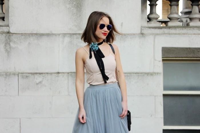 ballettkleid idee grau beige schwarze schleife für den hals mit mintgrüner deko element brille lippenstift