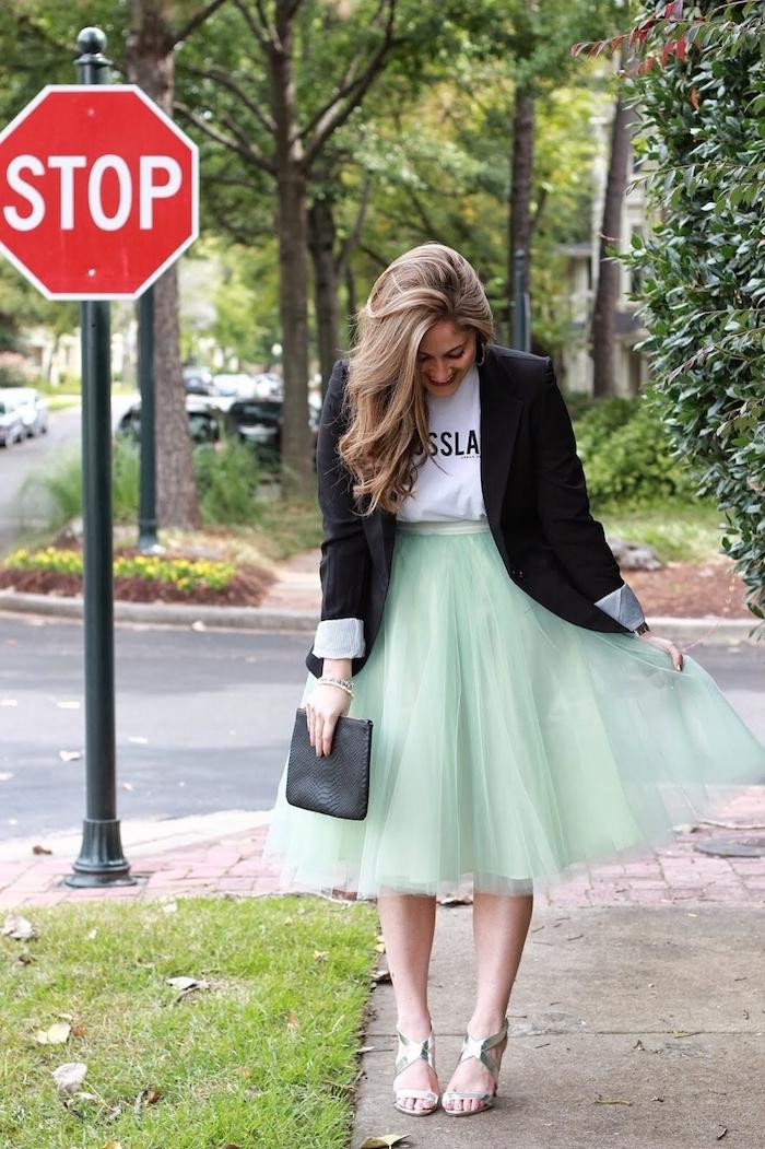 bohemian style sich ankleiden schöner stil mintgrüner rock blazer in schwarz weiße t-shirt mit aufschriften stop straße