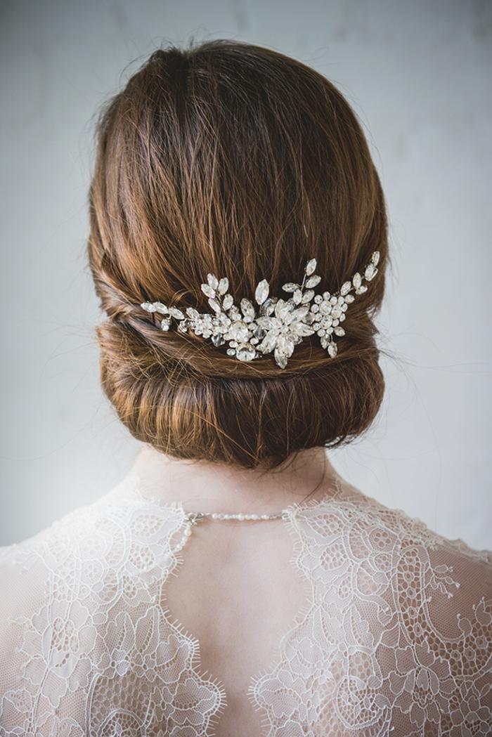 Prachtvolle Brautfrisur für mittellange Haare, silberner Haarschmuck mit Kristallen, kastanienbraune glatte Haare