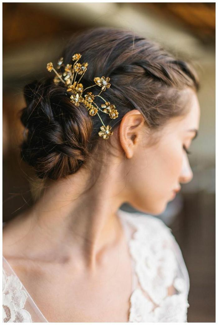 Hochsteckfrisur für mittellanges Haar, goldener Haarschmuck mit kleinen Blumen im Haar, schwarze Haare