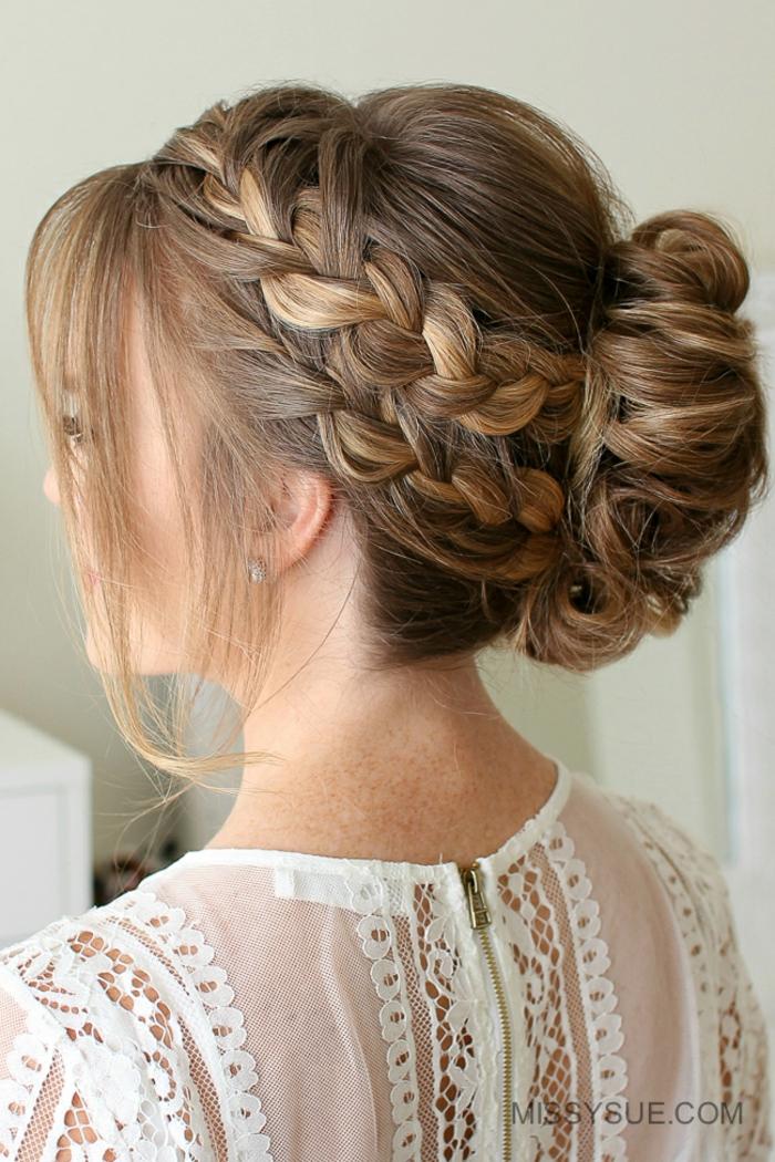 Hochsteckfrisur für besondere Anlässe, Dutt Frisur mit zwei Zöpfen, dunkelblonde glatte Haare