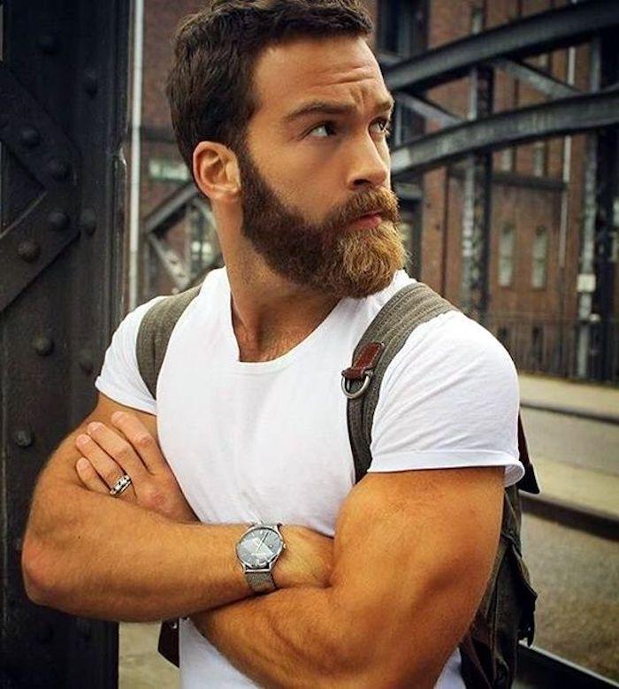 bartfarbe braun die natürliche farbe unterstreichen weißes t-shirt rucksack armbanduhr ring