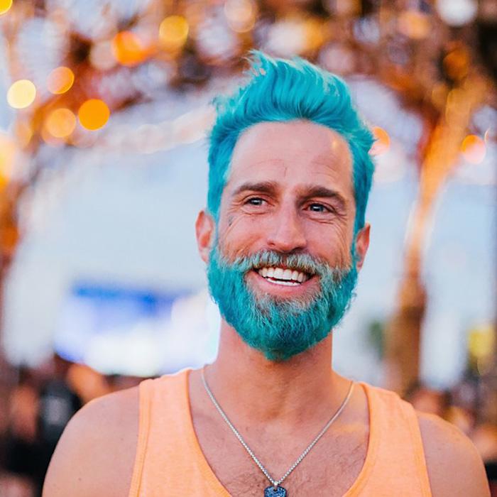 haare färben männer blaues haar kreative ideen oranges t-shirt kette halskette ideen