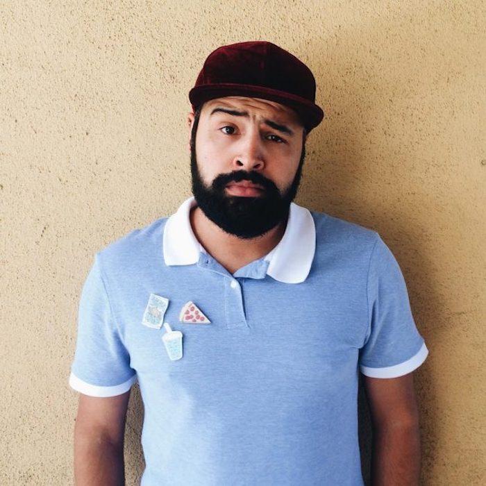 bart tönen helle hautfarbe weiß und schwarzer bart was halten sie von dieser kombination mann mit hut und bart blaues tshirt