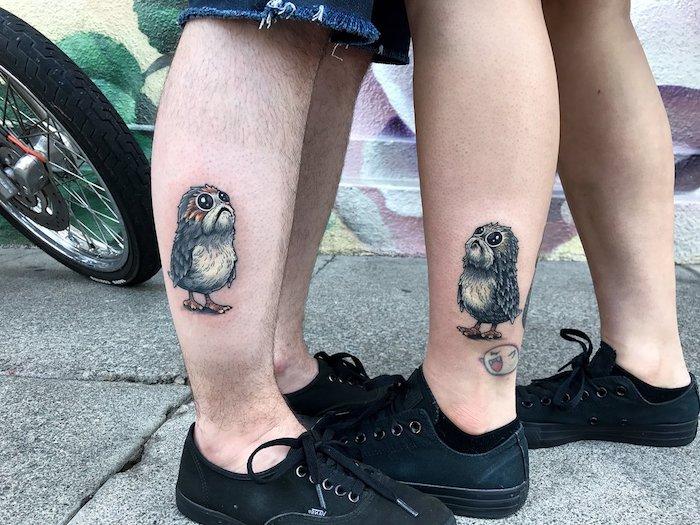 vier beine mit star wars tattoo mit einem kleinen porg mit schwarzen augen und grauen federn