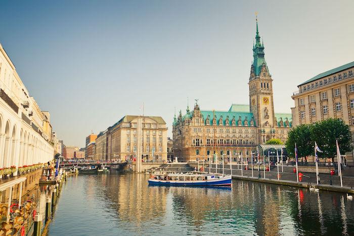 beliebte urlaubsziele deutschland hamburg europa welt hafen und rathaus ausblick boot im fluss