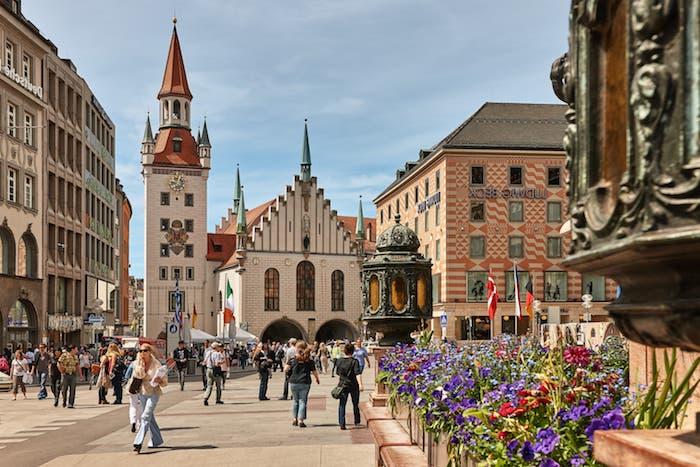 reiseziele die einem faszinieren münchen die landeshauptstadt von bayern schönes bild vom zentrum der stadt im frühling