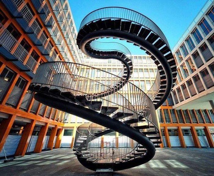 reiseziele zum besuchen und genießen architektur denkmäler zum faszinieren moderne kunst unendliche trelle oder leiter