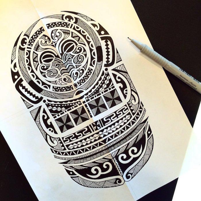 eine schwarze maori tätowierung mit einem schwarzen wesen mit schwarzen augen - papier und eine skizze m