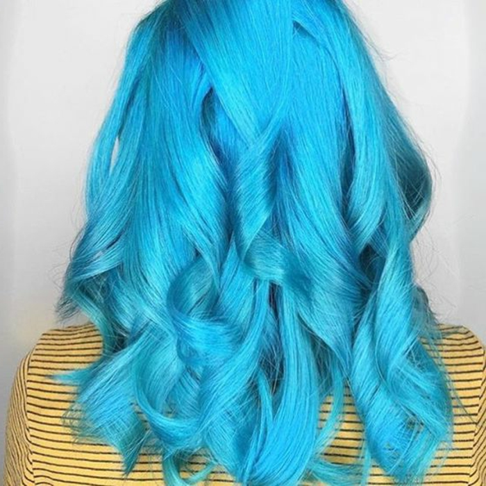 mittellange türkisblaue Haare mit lockigen Strähnen, Haare türkisblau färben, gelber Pulli mit dünnen schwarzen Streifen, gelber Pulli mit Streifenmuster