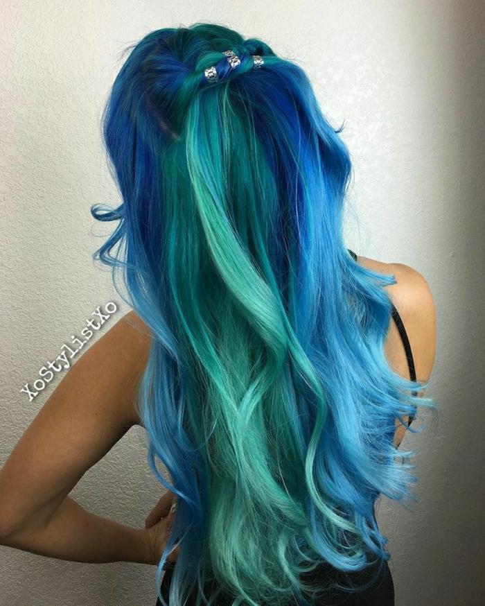 dicke grüne und dunkelblaue Strähnen, blaue Längen mit weiißen Reflexen, Half Bun mit silbernem Haarschmuck befestigen, Haar mit großen Locken