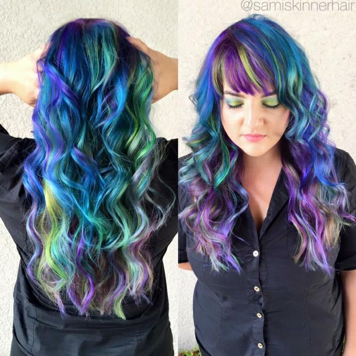 Haare in ineinander verlaufenden Pastellfarben, lange lockige Haare, gefärbt in unterschiedlichen Farben,, grün-gelbe Schminke, schwarzes Hemd mit kurzen Ärmeln und weißen Perlenmutter-Knöpfen