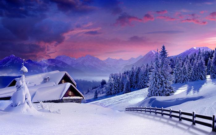 ein romantisches winterbild mit einem himmel mit pinken und blauen wolken - weiße berge mit schnee - ein wald mit bäumen